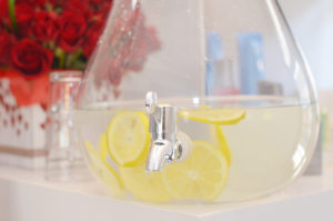Water container with lemon slices